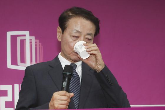 한선교 미래한국당 대표가 19일 오후 서울 영등포구 여의도 미래한국당 당사에서 열린 당대표직 사퇴 기자회견에서 물을 마시고 있다. 임현동 기자