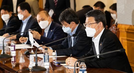 은성수 금융위원장(오른쪽)이 20일 서울 중구 은행회관에서 코로나19 관련 은행권 간담회를 주재, 모두발언을 하고 있다. 금융위원회