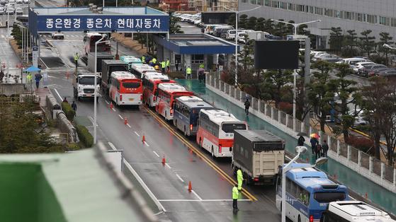 현대자동차 울산공장 명촌정문에 출근 버스가 길게 늘어서 있다. 연합뉴스