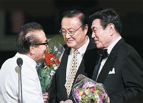 2007년 대종상 영화제에서 영화발전 공로상을 받은 원로배우 신영균.(왼쪽) 후배 연기자 윤일봉(가운데)과 남궁원이 축하하고 있다. [뉴시스]