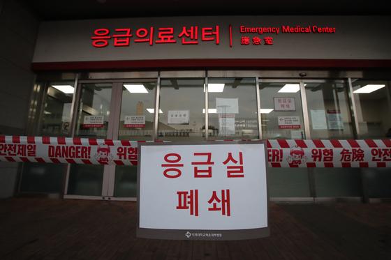코로나 19 확진자가 방문한 해운대백병원 응급실이 지난 19일 오후 임시 폐쇄됐다. 송봉근 기자
