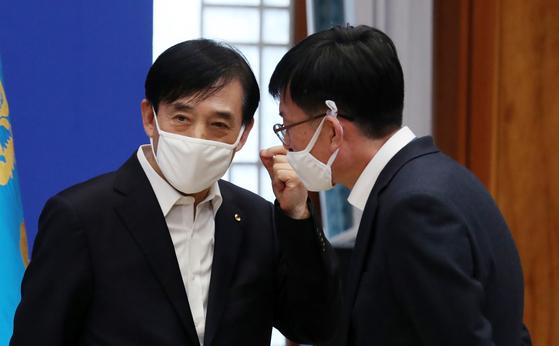 이주열 한국은행 총재(왼쪽)가 김상조 청와대 정책실장과 19일 청와대에서 이야기를 나누고 있다. 연합뉴스