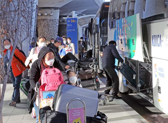 19일 전세기 편으로 인천국제공항에 도착한 이란 교민들이 코로나19 진단 검사를 위해 성남 코이카(KOICA) 연수센터로 가는 버스를 타고 있다. 이들은 센터에 1~2일 머물며 코로나19 검사를 받는다. 양성 반응 시 지정 병원으로 이송하고 음성으로 판정 땐 14일간 자가격리에 들어간다. [뉴스1]