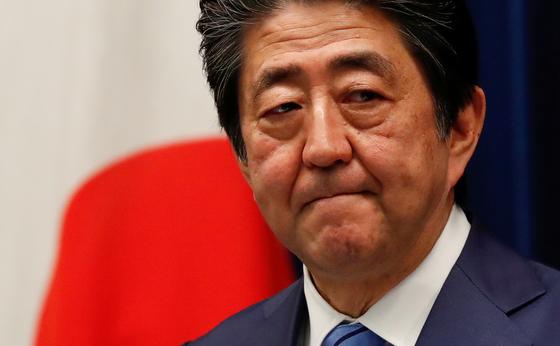 아베 신조 일본 총리가 14일 저녁 총리관저에서 기자회견을 열고 신종 코로나에 대한 일본 정부의 대책을 설명하고 있다. [로이터=연합뉴스]