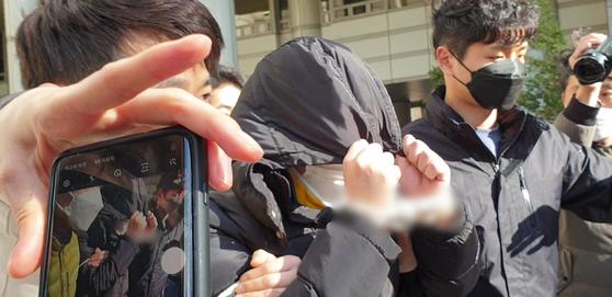 'n번방' 사건 핵심 피의자인 '박사' 조모씨가 19일 서울중앙지법에 출석하고 있다. [뉴스1]