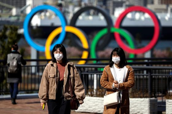 올림픽을 앞둔 일본이 코로나19로 고민에 빠졌다. 사진은 마스크를 쓴 도쿄 시민. 로이터=연합뉴스
