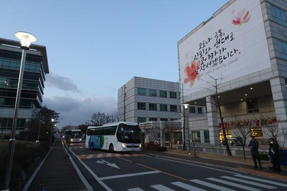 이란에서 온 한국 교민을 태운 버스가 19일 성남 KOICA 연수센터로 들어서고 있다. [연합뉴스]