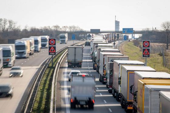 코로나19 확산으로 한국 글로벌 제조업체의 어려움이 커지고 있다. 유럽 각국이 출입국 통제에 나서면서 독일과 폴란드를 오가는 물류 트럭들이 통관 절차를 밟기 위해 지난 16일 줄지어 있다. [AFP=연합뉴스]