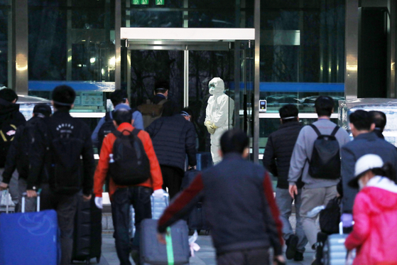 19일 오후 경기도 성남시 코이카(KOICA) 연수센터에 신종 코로나바이러스 감염증(코로나19)이 확산 중인 이란에서 귀국한 교민과 외국 국적의 가족들이 입소하고 있다. 뉴스1