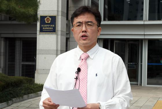 미래통합당 김원성 부산 북·강서을 예비후보가 19일 부산시의회 앞에서 긴급 기자회견을 열고 미투 의혹을 전면 부인하는 입장을 밝히고 있다. 연합뉴스