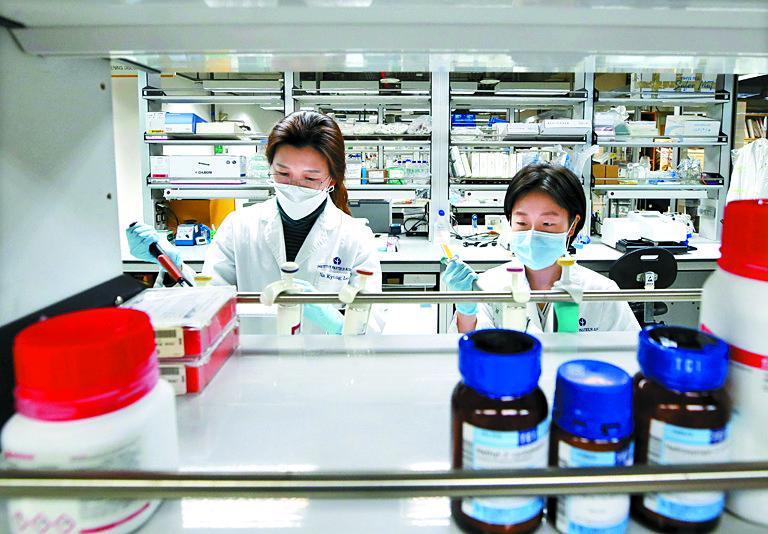경기도 성남시 한국파스퇴르연구소에서 연구원들이 신종 코로나바이러스 감염증(코로나19) 치료제 개발 연구를 하고 있다. 뉴스1