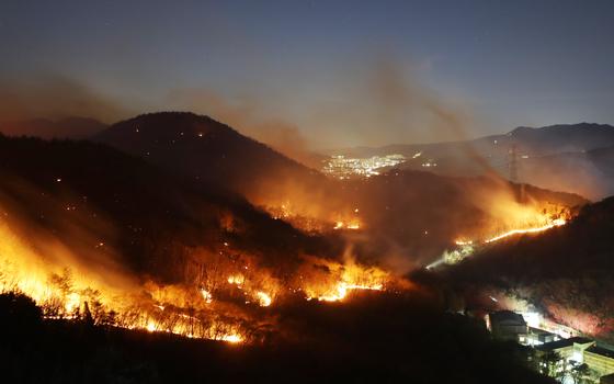 19일 오후 울산시 울주군 청량읍에서 산불이 강한 바람을 타고 계속해서 번지고 있다. 연합뉴스