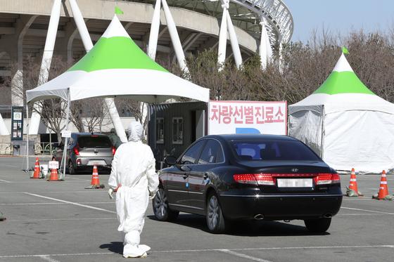 20일 오전 대구시 수성구 노변동 대구스타디움에 마련된 코로나19 드라이브 스루 선별진료소에 차가 들어서고 있다. 연합뉴스