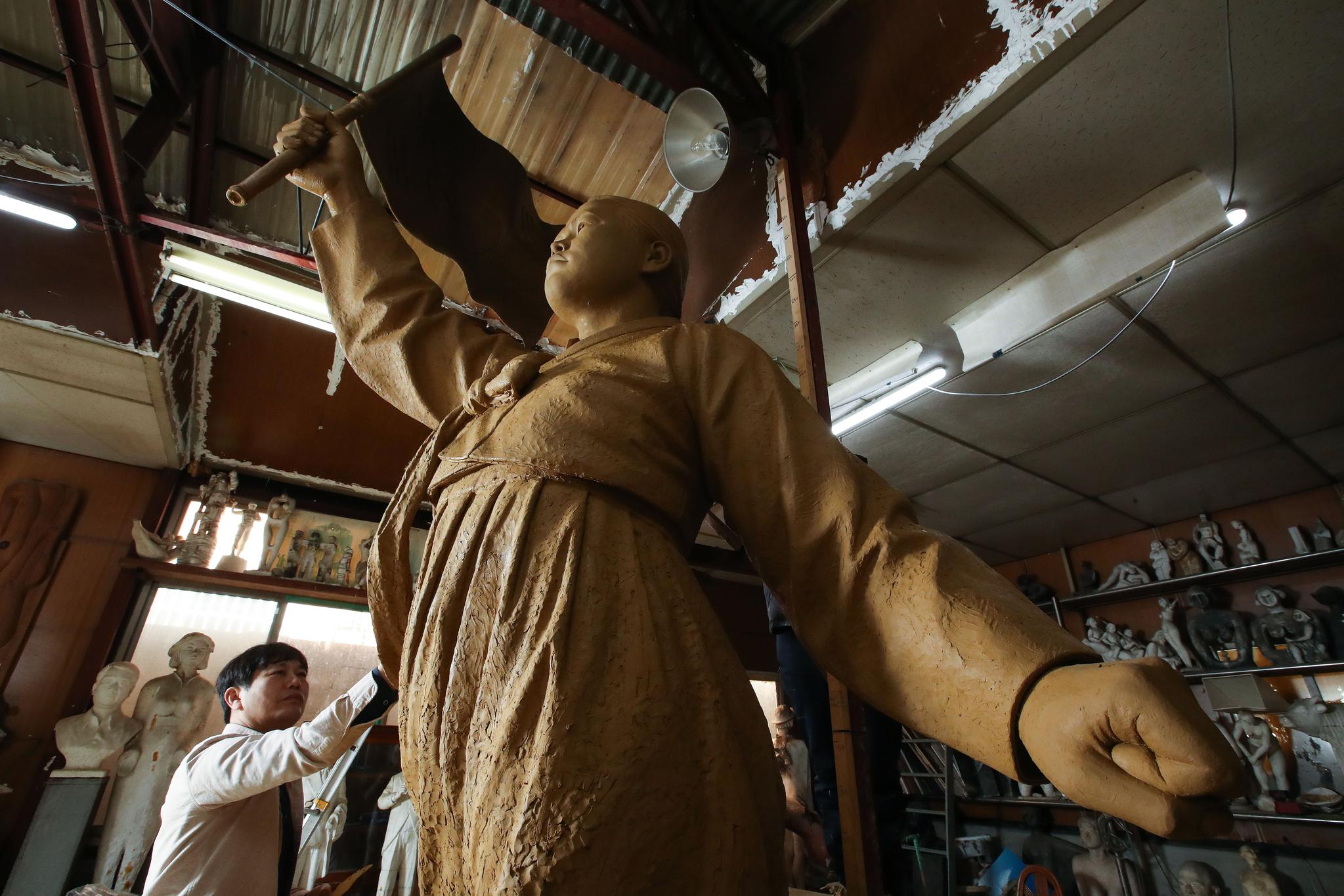 지난주 전남대학교 인근 공방에서 관계자들이 유관순 열사 동상을 제작하고 있다. 우상조 기자