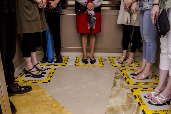 노란 선으로 설 자리도 지정했다, 엘리베이터 코로나 진풍경