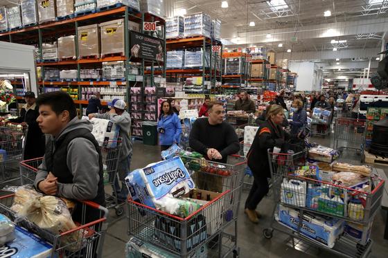 미국 캘리포니아주 수퍼마켓. 지난 14일 휴지 등의 생필품을 사려는 시민들이 줄 지어 서 있다. [연합뉴스]