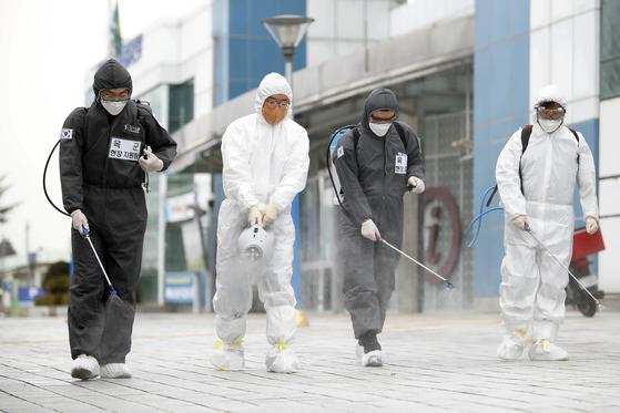 지난 9일 31사단 장병들이 코로나19 지역사회 확산 방지를 위해 광주역 일대의 방역을 하고 있다. 연합뉴스