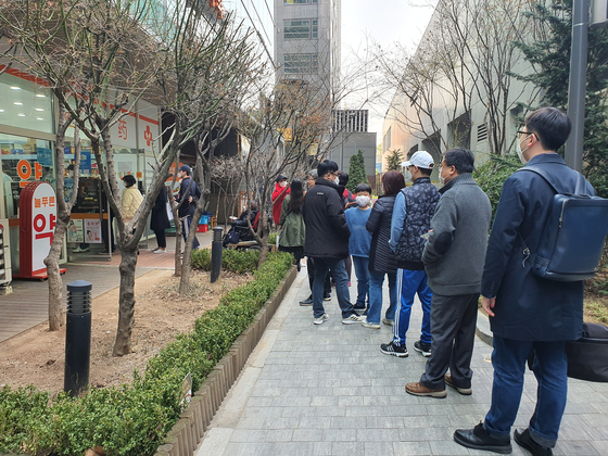 21일 오후 2시 서울 마포구의 한 약국에서 시민들이 공적 마스크를 구매하기 위해 줄을 서 있다. 이가람 기자