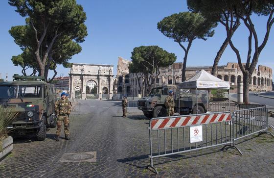 코로나19가 덮친 이탈리아 거리를 20일(현지시간) 군인들이 통제하고 있다. EPA=연합뉴스