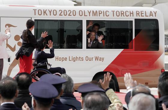 20일 일본 미야기현에 도착한 성화가 쓰나미부흥기념공원으로 옮겨지고 있다.[EPA=뉴시스]