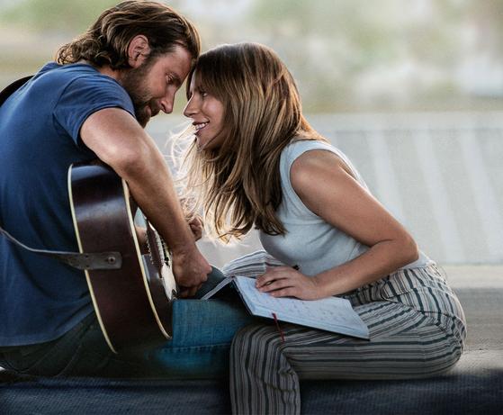톱스타 잭슨(브래들리 쿠퍼 분)과 무명 가수 앨리(레이디 가가 분)의 로맨스를 그리고 있는 영화 '스타 이즈 본'의 두 주인공. [사진 워너브라더스 코리아(주)]