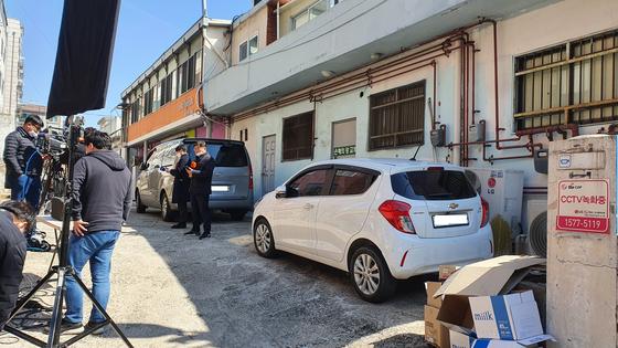 16일 오전 경기도 성남시 은혜의강 교회 뒷편에 취재진이 몰려있다. 윤상언 기자