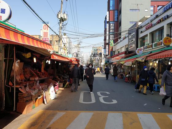 20일 오후 서울 강남구 역삼동에 있는 도곡시장. 오가는 사람들이 조금 보이지만 코로나19 전에 비하면 확연히 줄어든 것이다. 곽재민 기자
