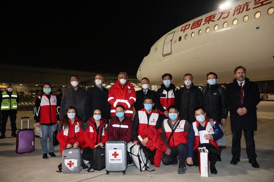지난 12일 중국 적십자사 소속 방역 의료전문가 팀이 이탈리아 로마에 도착했다.[신화=연합뉴스]