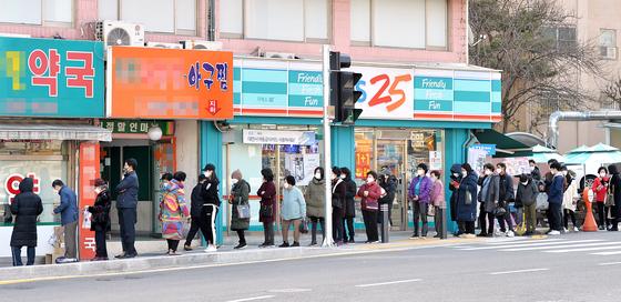'요일별 마스크 5부제' 시행하고 있는 대전의 한 약국 앞에서 시민들이 마스크를 구입하기위해 길게 줄 서 있다. 김성태기자