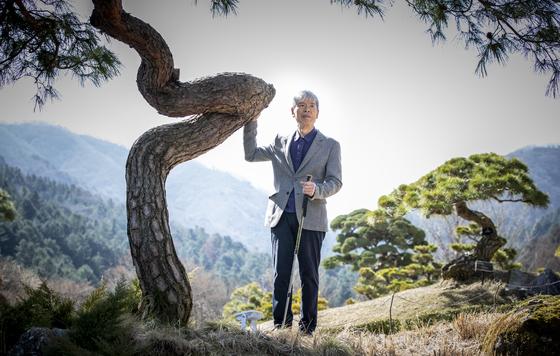 아침고요수목원 한상경 대표. 수목원 '쉼의 언덕'에서 '기적'이라는 이름의 소나무 앞에 섰다. 울퉁불퉁한 구릉 지대인 쉼의 언덕은 한 대표가 제일 먼저 조성한 수목원 지역이다. 권혁재 사진전문기자