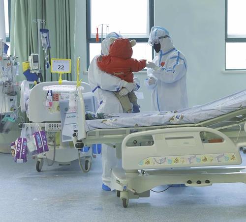 신종 코로나에 감염돼 한 때 상태가 나빠지기도 했던 한 살 꼬마가 건강을 회복해 지난 2월 13일 퇴원했다. [중국일보망 캡처]
