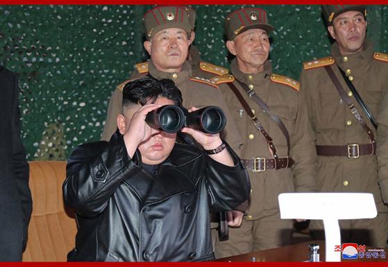 김정은 북한 국무위원장이 지난 21일 전술유도무기 시범사격을 참관했다고 조선중앙통신이 22일 보도했다. 조선중앙통신=연합뉴스