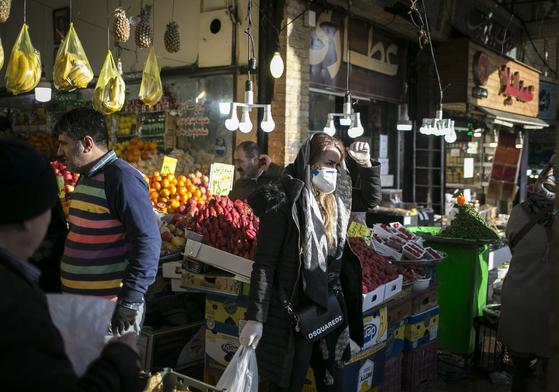 지난 20일부터 시작된 이란 최대의 명절인 누루즈를 맞아 19일 테헤란의 시장에서 사람들이 장을 보고 있다. [신화=연합뉴스]
