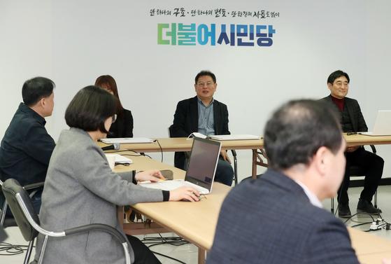 정도상 더불어시민당 공관위원장이 22일 오후 서울 여의도 당사에서 열린 공관위 회의를 앞두고 참석자들과 대화를 나누고 있다. 뉴스1