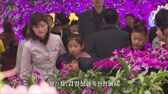 북한 주민들이 지난해 4월 15일 김일성 생일(북한은 태양절)을 맞아 김일성화(化) 축전장을 찾아 꽃을 감상하고 있다. [사진 연합뉴스]
