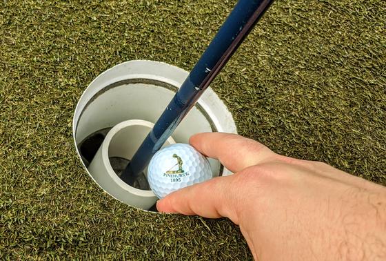 깃대를 건드리지 않고 공을 꺼낼 수 있도록 작은 컵을 배치한 홀컵. [사진 파인허스트 골프장]