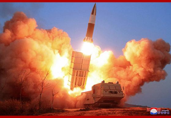 지난 21일 북한이 실시한 전술유도무기 시범사격 중 이동식 발사차량(TEL)에서 발사체가 쏘아올려지고 있다. 해당 발사체는 지난해 8월 북한이 선보인 '북한판 에이태큼스(ATACMS)'와 유사하다. [조선중앙통신 캡처=연합뉴스]