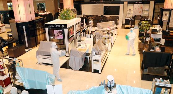 지난 2일 오전 대전 롯데백화점에서 방역 관계자들이 신종 코로나바이러스 감염증(코로나19) 대비 방역을 실시하고 있다. 뉴스1