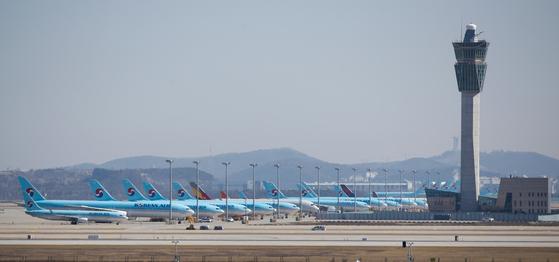16일 인천국제공항 활주로에 항공기들이 계류되어 있다. 국적 항공사들의 국제선은 사실상 '셧다운' 상태로 2월 국제선 여객 수는 전년 동월 대비 47% 줄었다. 뉴스1