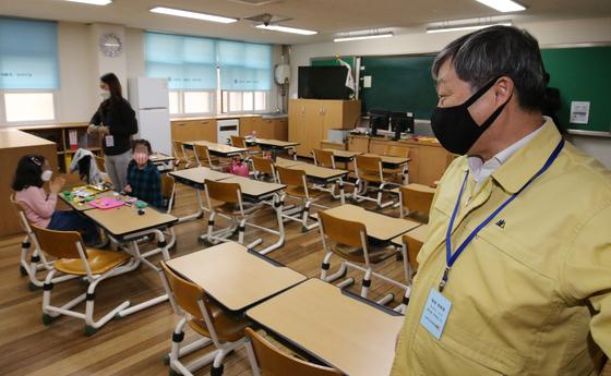 박백범 교육부 차관이 17일 오후 대전 유성구 노은초등학교에서 긴급돌봄 운영 현장을 점검하고 있다. 뉴스1