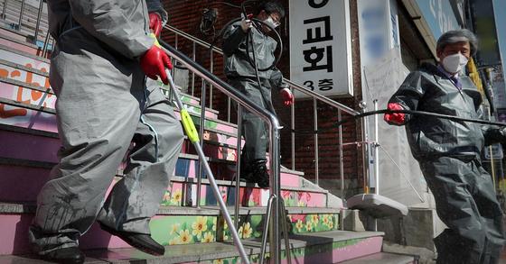 지난 16일 경기 성남 은혜의강교회 앞에서 수정구청 환경위생과 직원들이 방역을 실시하고 있다. 뉴스1