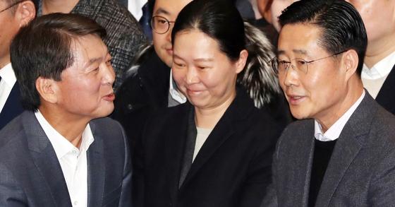 안철수 국민의당 대표가 지난 1월 19일 귀국 당시 권은희 의원(가운데), 이태규 전 의원과 인사를 하고 있다. [뉴스1]