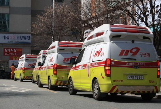 대구 요양병원과 의료기관 곳곳에서 신종 코로나바이러스 감염증(코로나19) 확진 환자 25명이 추가로 확인됐다. 대구시 달성군 대실요양병원에서는 22일 신규 확진자 4명이 추가로 발생해 총 66명으로 늘었다. 이날 대실요양병원 앞에 구급차들이 환자 이송을 위해 줄지어 서있다. [연합뉴스]