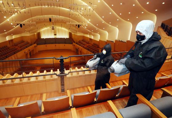 아트센터 인천이 13일 방역 작업을 하는 모습. 전국의 상반기 공연 대부분이 코로나 19로 취소된 상황이다. 연합뉴스