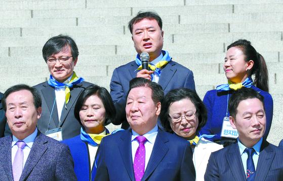 황희석 전 법무부 인권국장(뒷줄 가운데)이 22일 오전 국회 본청 앞 계단에서 열린민주당 비례대표 후보 출마자 기자회견에서 발언하고 있다. 왼쪽은 김의겸 전 청와대 대변인. 변선구 기자