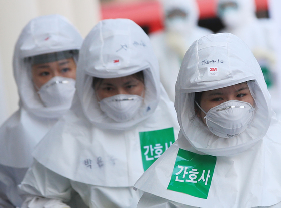 23일 오전 대구시 중구 계명대학교 대구동산병원에서 방호복을 입은 의료진이 병동으로 향하고 있다. 연합뉴스,