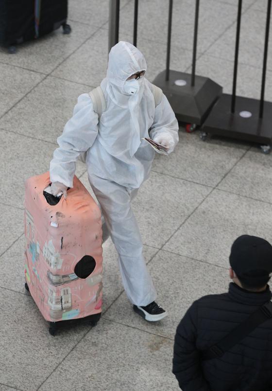 전세계적으로 신종 코로나바이러스 감염증(코로나19)이 확산 중인 가운데 23일 인천국제공항 1터미널에서 방호복을 입은 승객들이 입국하고 있다. [뉴스1]