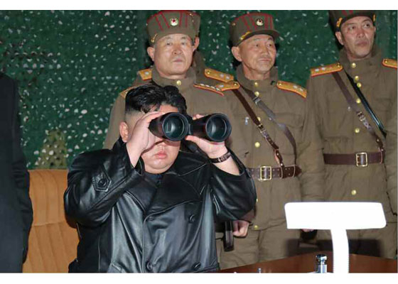 김정은 북한 국무위원장이 21일 북한판 에이테킴스(전술유도무기, KN-23)을 발사하는 장면을 지켜보고 있다. 김 위원자장 수행원들은 17일부터 마스크를 착용하지 않고 있다. [사진 노동신문]
