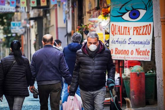 이탈리아 도시 나폴리에서 마스크를 쓴 채 걷고 있는 한 시민의 모습. 이탈리아 내 신종 코로나 확진자는 22일(현지시간) 기준 6만명에 육박한다. [EPA=연합뉴스]