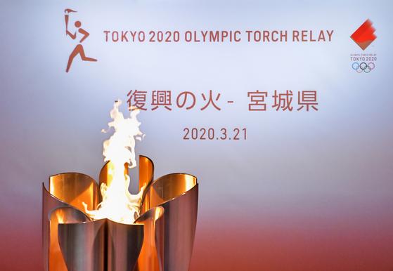 도쿄올림픽 성화 릴레이, 불타는 토치 대신 랜턴 차에 싣고 달린다